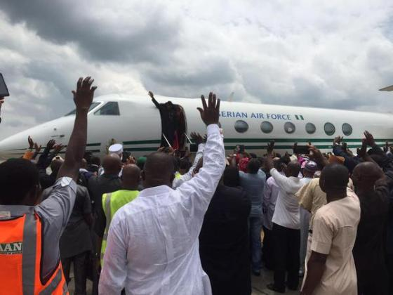 [PHOTOS] Jonathan & Wife, Patience, Arrive Port-Harcourt Enroute Otuoke