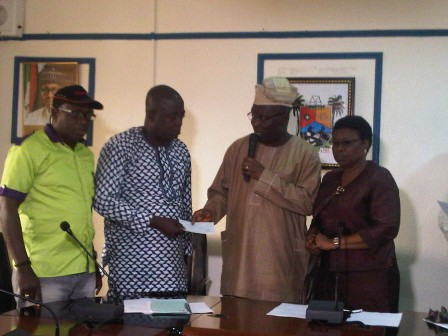 [PHOTO] Lagos Government Gives N5m To Father Who Lost 4 Children In Magodo Mudslide