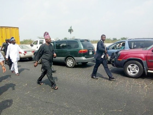 Governor Amosun Arrests Wealthy Couple Dumping Refuse On Lagos-Ibadan Highway