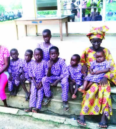 [PHOTO] 75-Year-Old Woman And Her 7 Grandchildren Spotted Roaming the Streets Of Ibadan In Search Of Food