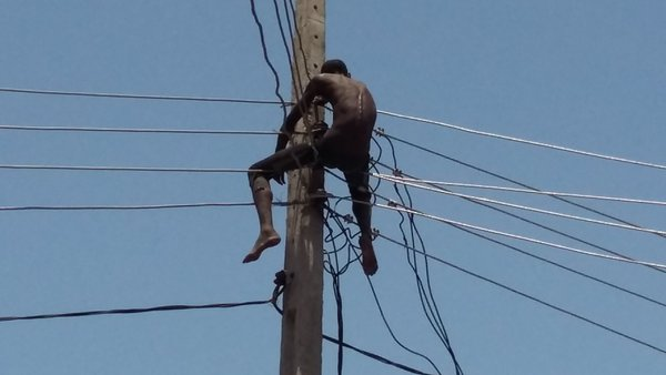 [PHOTOS,VIDEO] Man Tries To Commit Suicide In Lagos By Climbing Electric Pole