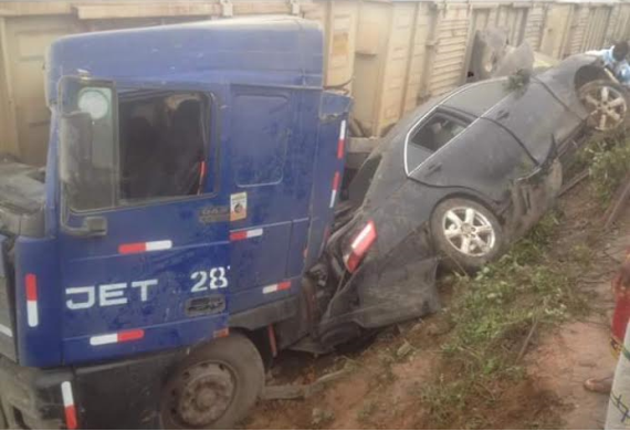 [PHOTOS] Train Crashes Into Vehicles In Ibadan-Abeokuta Road