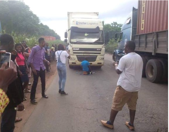[PHOTO] Truck Driver Parks Truck In The Middle Of The Road To Pray, Causes Traffic On Ore Road