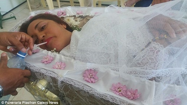 woman-lies-in-coffin-2