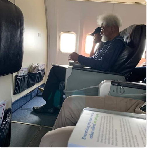 Soyinka Tonye Cole story - Nigerians react as airline passenger tells Wole Soyinka to leave his seat