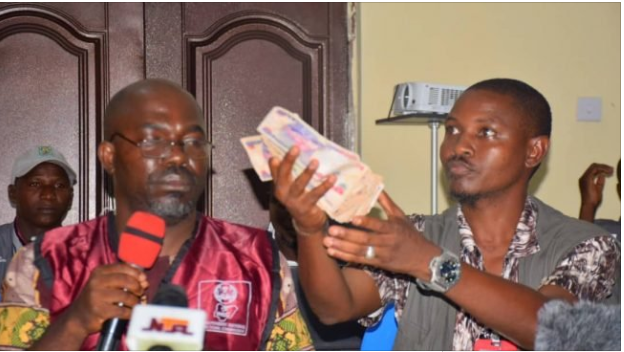 kogi election bribery - [PHOTO] Collation officer in Kogi presents 'N50,000 bribe' offered by politicians